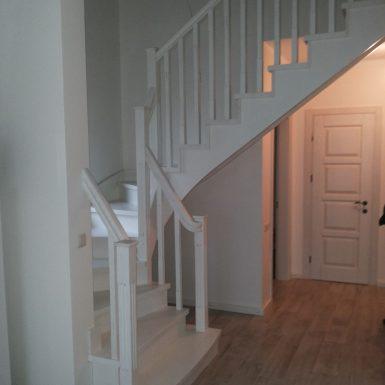 Baltai dažyti laiptai