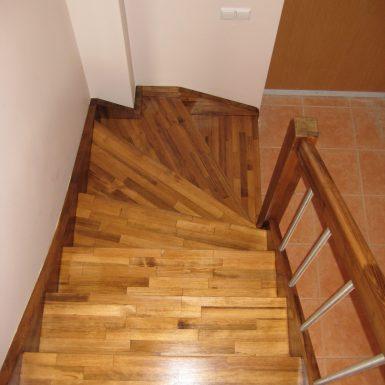 Laiptai is pusies medienos