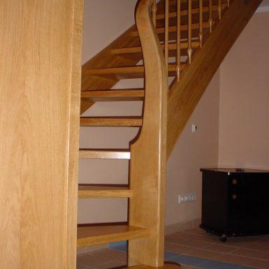 Laiptai su medinėm sijom